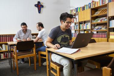Kaminzimmer mit Hausbibliothek - ein guter Ort zum Lernen