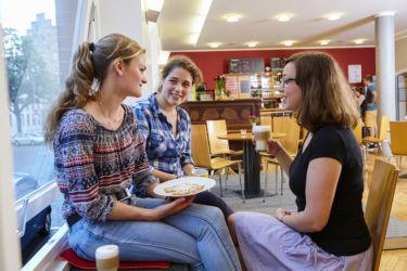 Kaffeetrinken mit Freunden im Café Milagro
