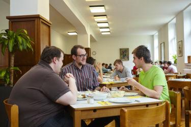 Frühstück und Mittagessen im Speisesaal